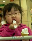 小孩吃东西搞笑图片