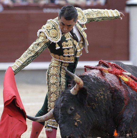 西班牙斗牛士比赛-体育图片-热图网