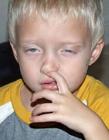 宝宝挖鼻孔