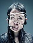 摄影师拍摄绳子扭曲人脸照