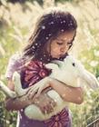 孩子与动物的温馨瞬间