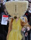 Lady Gaga手提包式头套蒙面造型