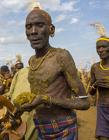 非洲部落民众动物粪便涂身举行和平仪式