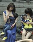 30名福州妈妈街头参加哺乳快闪活动