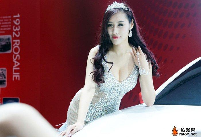武汉华中车展车模_亲探2014武汉华中国际车展车模曹阳比基尼女