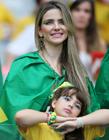 巴西女球迷看台大胆喂奶,巴西队美女球迷