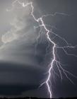闪电穿过超大胞风暴壮观景象