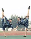 北京服装学院服装表演专业学生上演一字马
