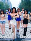 嫩模团穿低胸短裙装露美腿在广场扮女警跳手枪舞