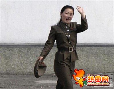 朝鲜女兵尴尬紧身裤