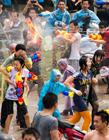 广东东莞东坑镇二月二卖身节千人互射水枪