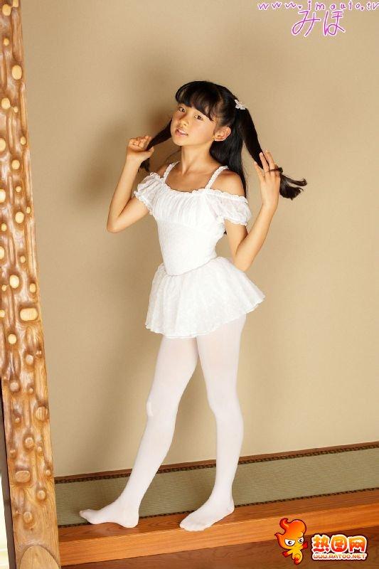这里图片里的小萝莉名叫金子美穗,来自日本,是著名的儿童写真模特