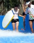 美女冲浪泳裤掉了图片 女子冲浪泳裤被冲掉