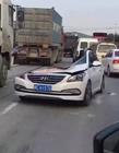汽车被压成这样 司机竟然没事
