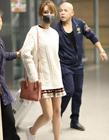 杨紫穿短裙秀美腿