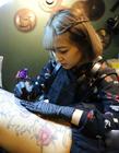 90后美女纹身师图片 纹身师女神图片