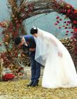 新人乡野办婚礼 稻草柴火布景