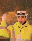 连云港最美女交警爆红网络 雪中仍坚守岗位
