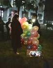 男生气球告白失败 却被围观女孩看上了