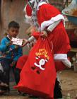 伊拉克过圣诞节吗 圣诞老人送礼物图片