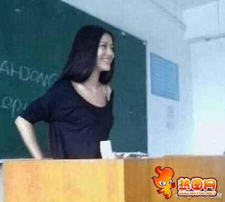 美丽可爱女�Z教师 黑板下的图片眼中精光爆�W