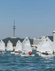 青岛举行首届小学生帆船大赛