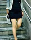 美女下楼梯搞笑gif 美女上楼梯动态图片