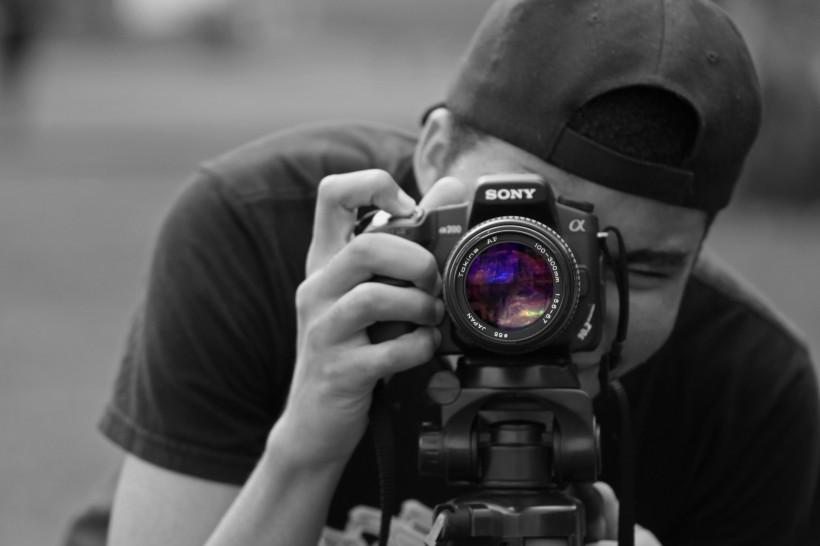 手拿相机拍照的男人图片 摄影师图片大全大图图片