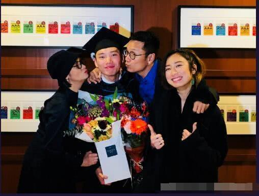苗侨伟儿子大学毕业妻子微博晒出全家照