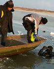 哈尔滨一男子凿冰捕鱼溺亡,外出捕鱼要结伴而行注意安全