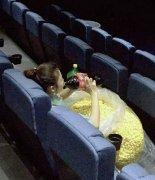 美女电影院吃爆米花搞笑图片