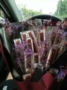 情人节鲜花礼物辣条搞笑图片