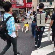 情侣玩sm街头跪爬恶搞图片