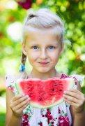 小孩儿童吃西瓜人物特写高清图片