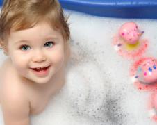 婴儿宝宝洗澡开心笑容高清图片