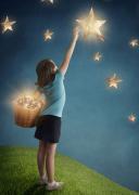 小孩子伸手摘星星梦幻创意设计高清图片