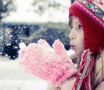 可爱小女孩儿童玩雪高清图片