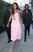 蕾哈娜适合穿粉色衣服街拍图