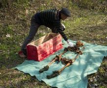 摄影博主清明挖父亲尸骨与其裸体合影图
