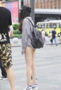超短裤长腿美女翘臀街拍图片