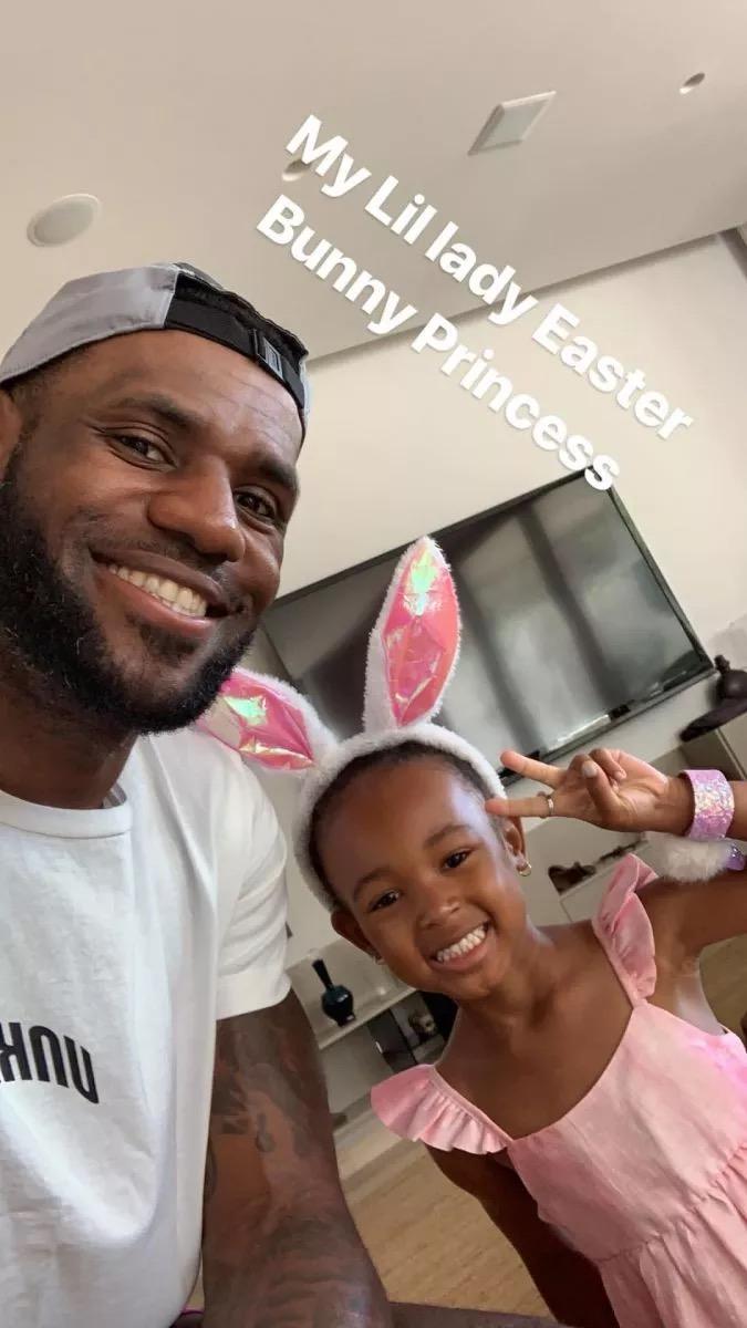 詹姆斯和女儿的合照