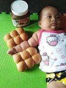 小孩手臂像面包的图