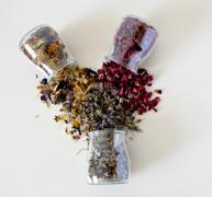 瓶子里的干花瓣图片