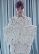 李宇春的白色羽毛装
